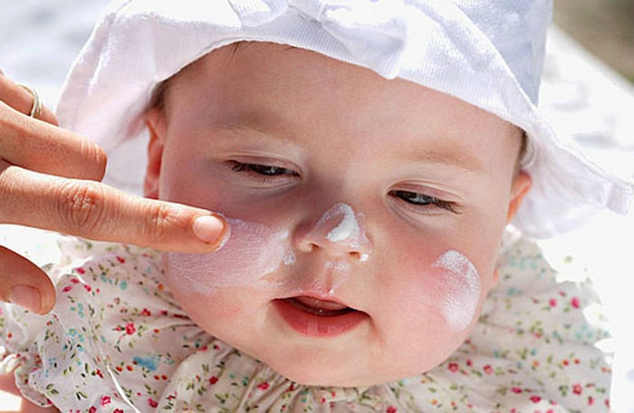 Sữa mẹ trị mụn đầu trắng ở trẻ sơ sinh