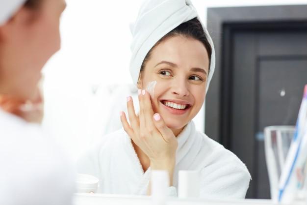 Cách chăm sóc da mặt bị mụn trứng cá - Sử dụng kem dưỡng ẩm