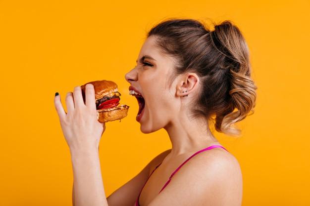 Vệ sinh vùng da quanh miệng và môi sau khi ăn uống