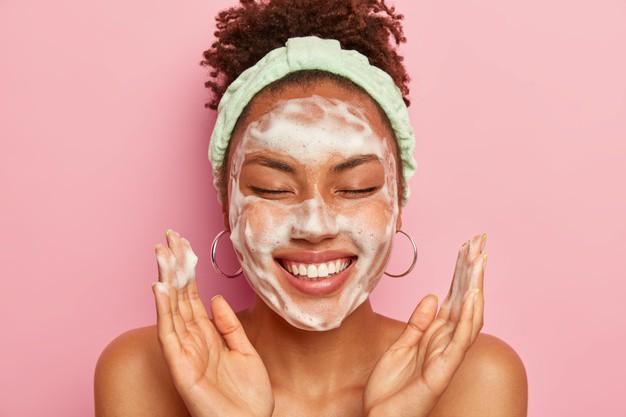 Trị mụn đầu đen ở trán để có hiệu quả tốt là làm sạch da mặt