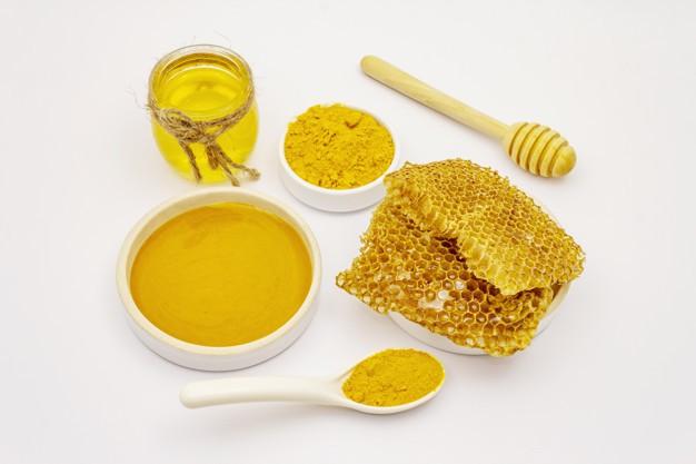 Cách làm mặt nạ trị mụn trứng cá mật ong và nghệ tại nhà