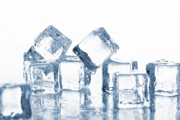Chườm đá lạnh giúp se khít lỗ chân lông