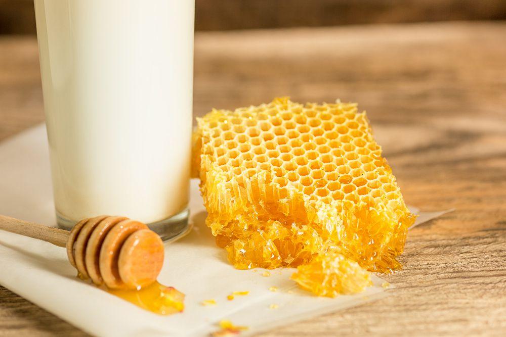 Cách loại bỏ mụn đầu đen từ mật ong và sữa