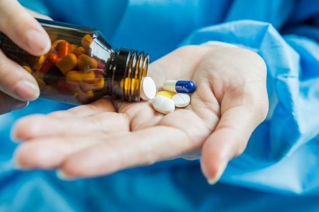 Nguyên nhân mụn đầu đen do lạm dụng thuốc