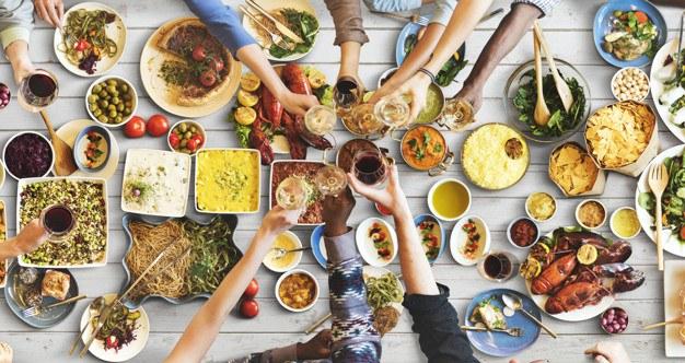 Chế độ ăn uống thiếu khoa học cũng là nguyên nhân dẫn đến mụn đầu đen