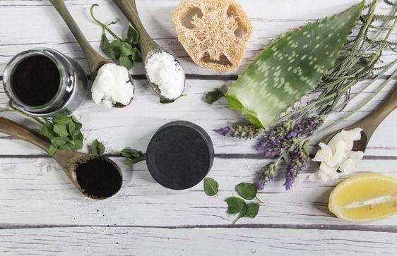 Cách trị mụn đầu đen với than hoạt tính, nha đam và nước hoa hồng