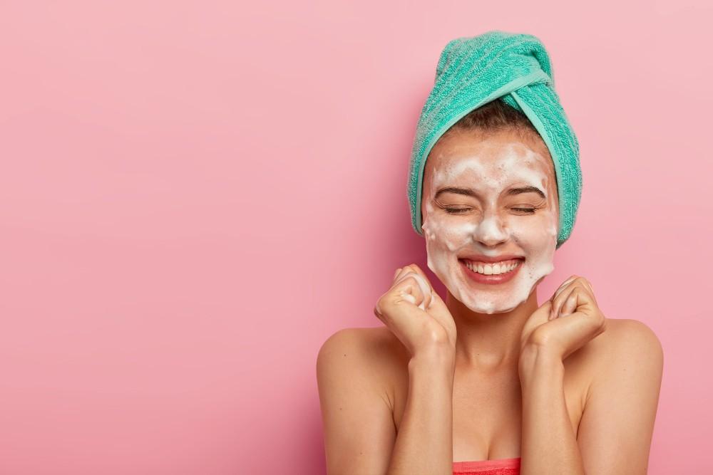 Làm sạch da mặt hàng ngày giúp loại bỏ mụn đầu đen