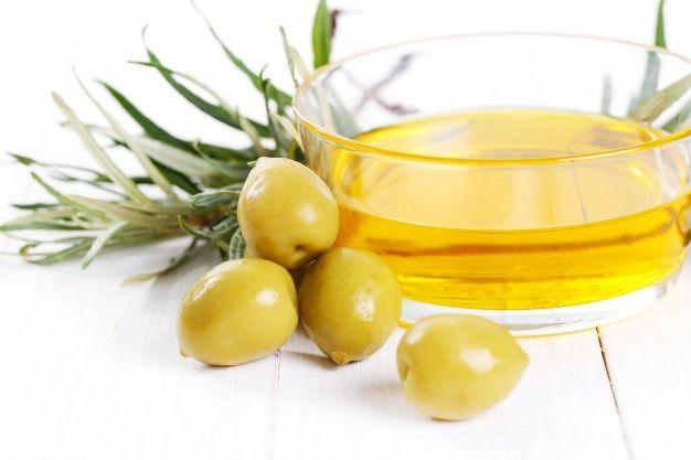 Dùng dầu ô liu (dầu dừa, dầu sả, dầu hạnh nhân) + trà xanh trị rụng tóc